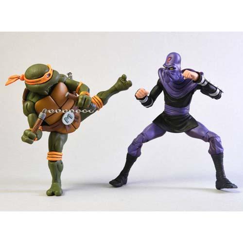 Pack 2 Figuras Michelangelo vs Foot Soldier Tortugas Ninja 18 cm Pack de 2 figuras articualdas, tamaño aproximado de 18 cm. Figuras de la marca NECA. Vienen con accesorios en una caja con ventana.